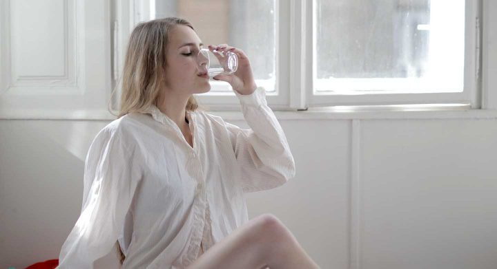 Trinke gleich 2 Glas Wasser beim aufstehen
