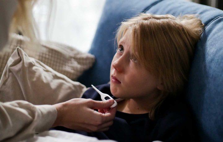 Moderates Fieber sollte im Bett auskuriert werden - Foto von cottonbro at Pexels