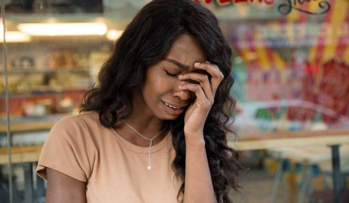 Eine weinende Frau mit Burnout