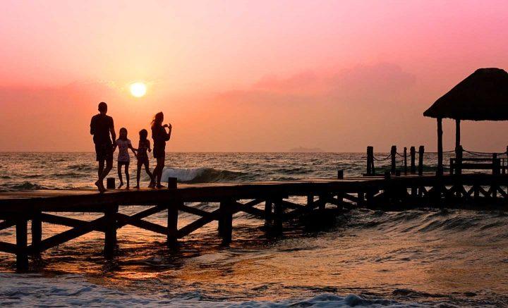 Eine Familie, die sich am Strand entspannt