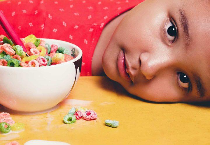 Ein Kind mit einer Schüssel von Frühstückscerealien - Photo by Tiago Pereira from Pexels
