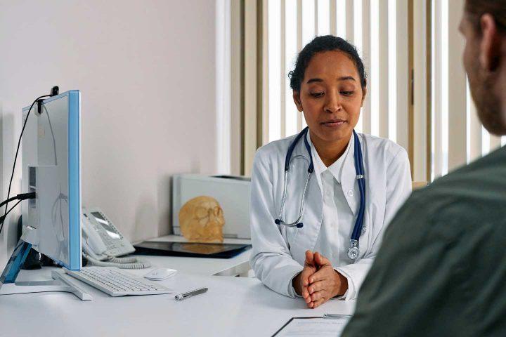 Ein Arzt konsultiert einen Patient - Photo by cottonbro from Pexels