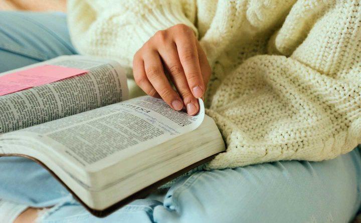Eine Frau liest in einer Bibel - Photo by Tima Miroshnichenko from Pexels