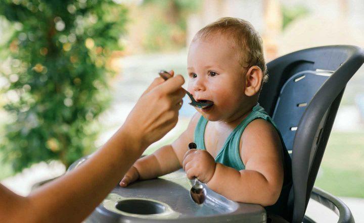 Ein Kleinkind isst einen Getreidebrei - Photo by Yan Krukov from Pexels